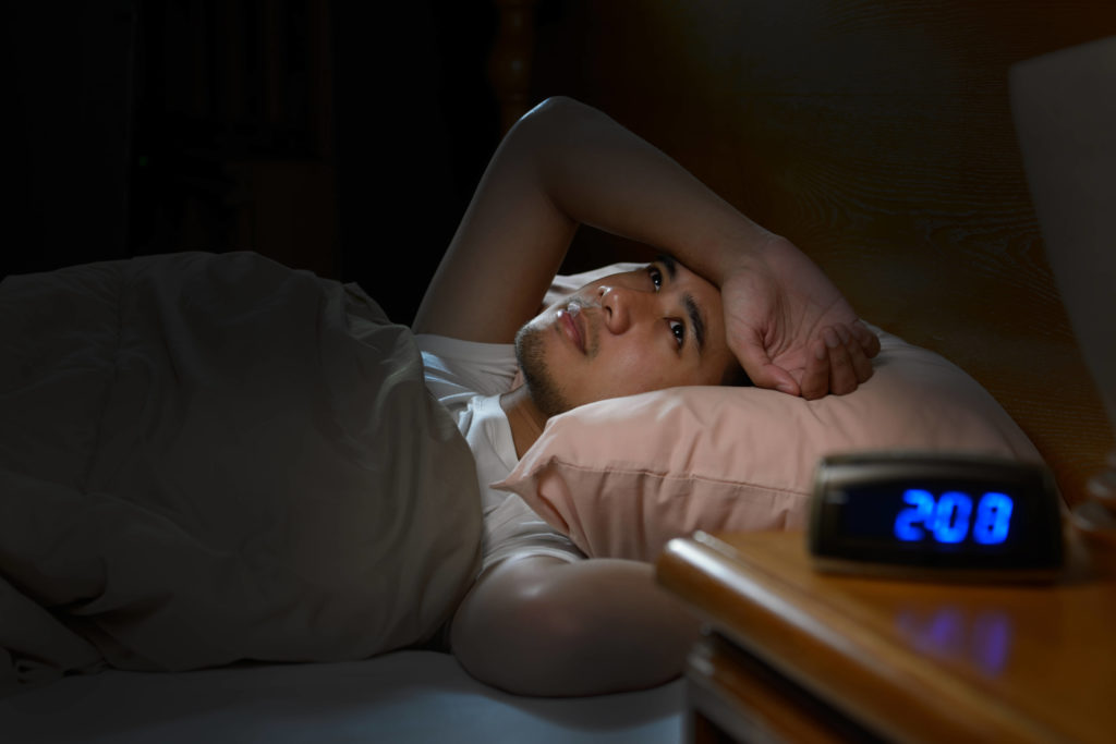 sad man lying in bed suffering from insomnia, paremmin