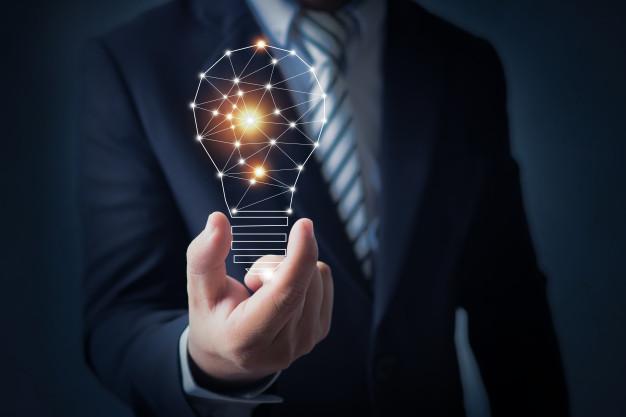 yrityksen man holding a lightbulb