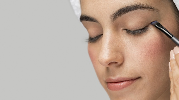woman using eyeshadow