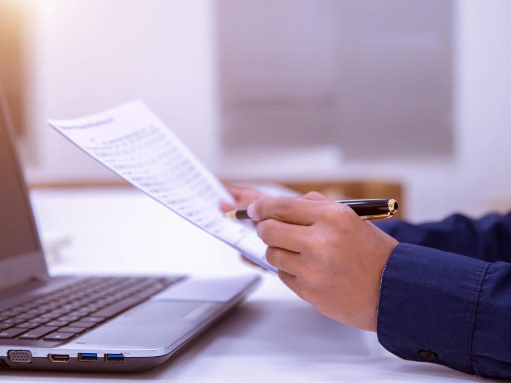 Man reading a document,työhakemuksen kirjoitta