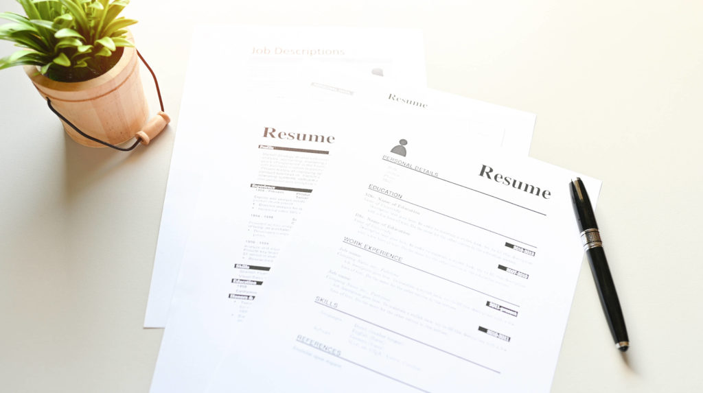 two pieces of resume sitting on a table, kuinka